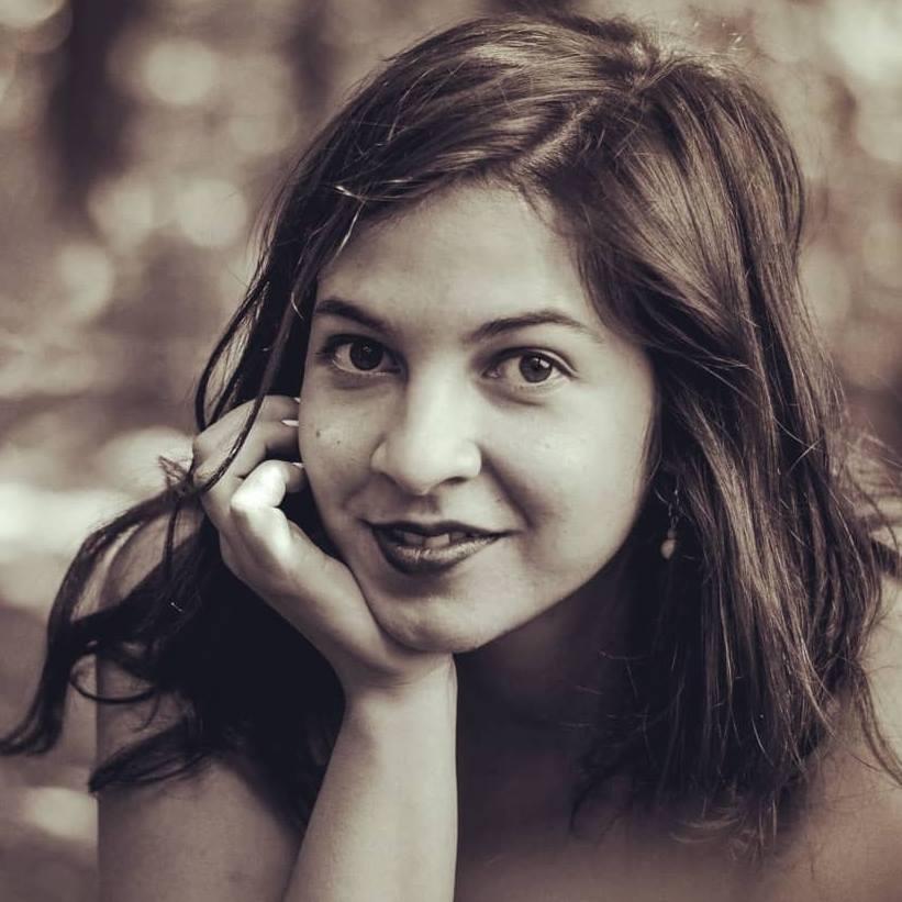Auf das Bild sieht man die bulgarische Dichterin und Musikerin Violeta Koleva